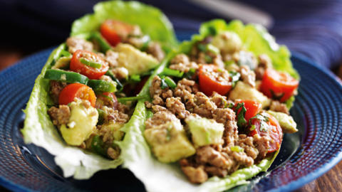 Bunter Hack-Salat-Wrap
