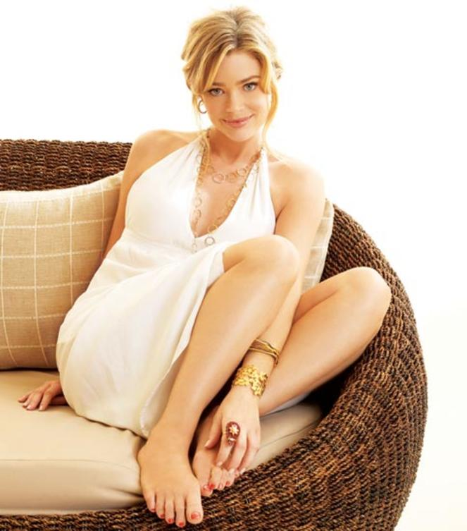 Denise-Richards Shooting-sofa