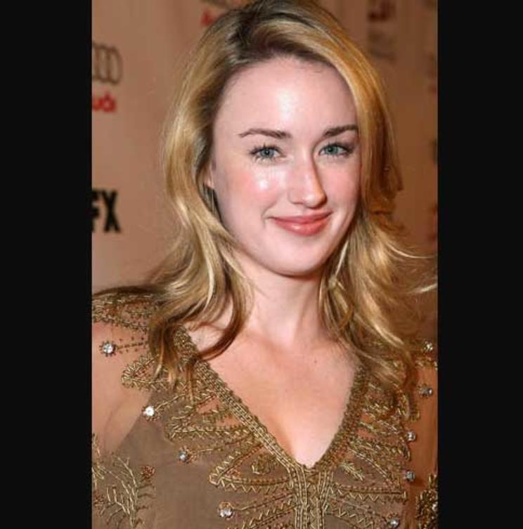 ashley-johnson-lautes-heim-neu