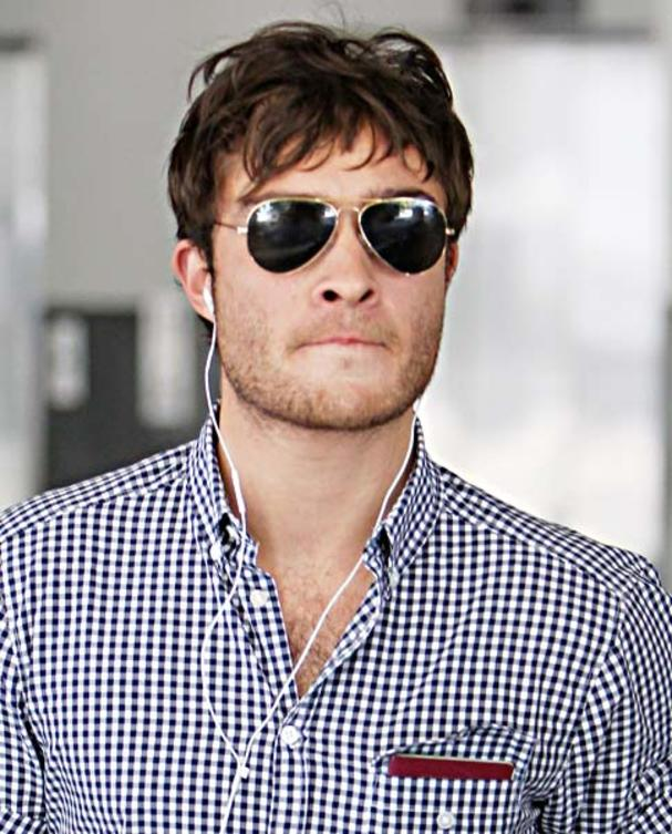 ed-westwick-mit-ray-ban-sonnenbrille