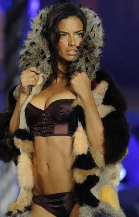 victorias-secret-adriana-lima-catwalk