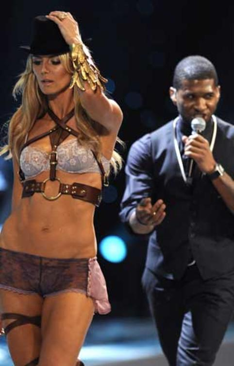 victorias-secret-heidi-klum-usher-performance